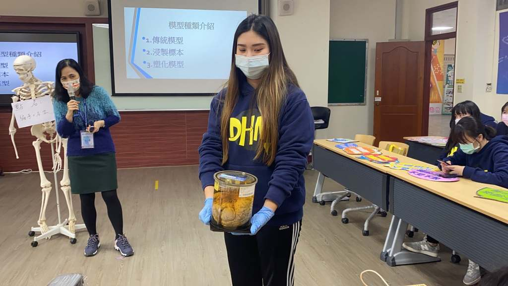元培醫管系線上冬令營老師以實體標本解說人體結構