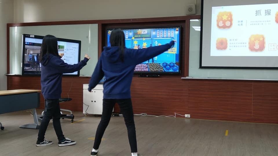 元培醫管系線上冬令營小幫手進行體感運動訓練遊戲示範
