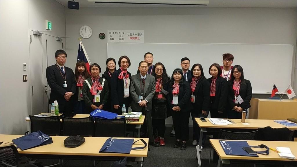 東京電機大學土肥健純教授(前排中間)與桑名健太副教授(左一)進行醫療機器開發與醫療情報專題演講