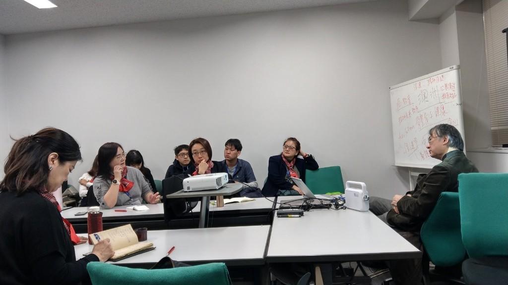 元培學生與東京大學佐佐木司教授(左一)討論台日青少年心理衛生現況與問題