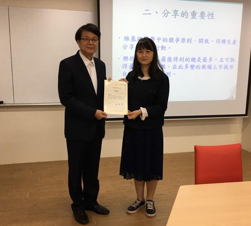 企管系主任兼所長林淑芳博士(右),特別致狀感謝羅美浩總經蒞校演講。