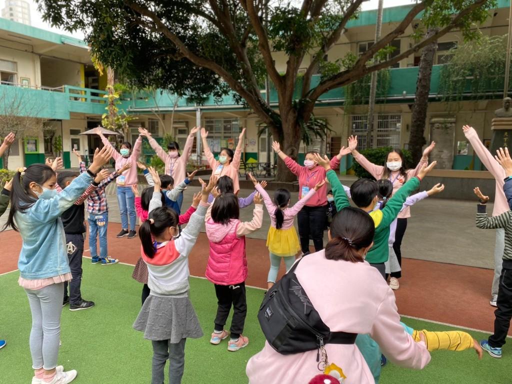 元培志工學生於教育優先地區營隊帶領小朋友開心一起做早操