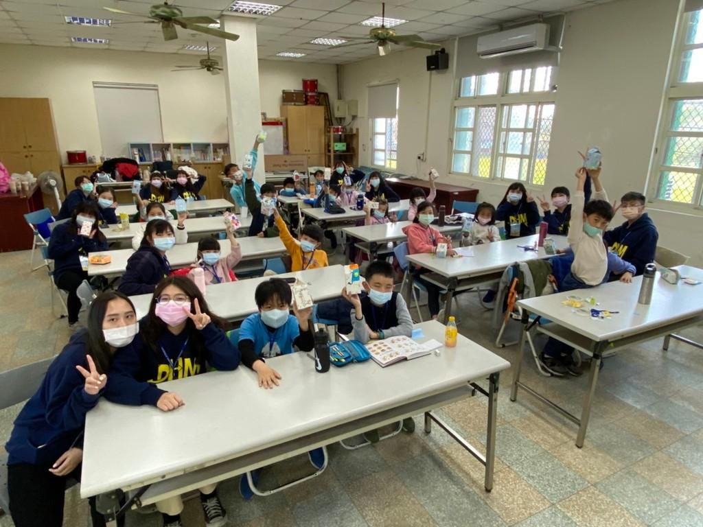 元培志工學生宣導健康管理觀念營隊小朋友也踴躍發問
